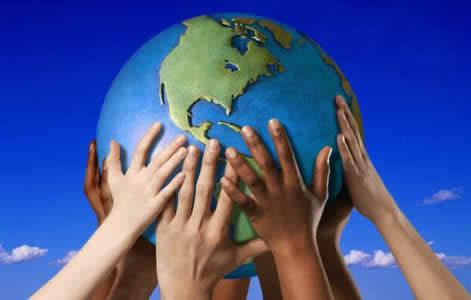 manos sosteniendo mundo