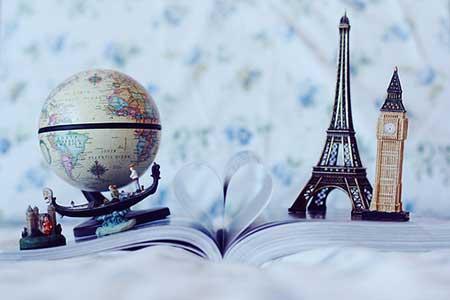 libro abierto con monumentos europeos
