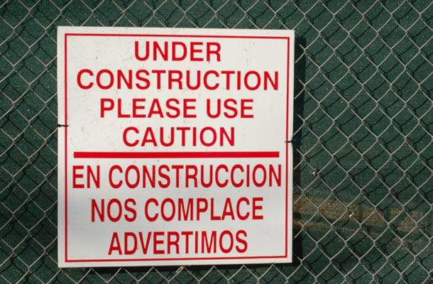 Ni siquiera en las obras dejamos de ver fallos de traducción tan clamurosos