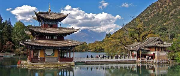Templo chino en lago